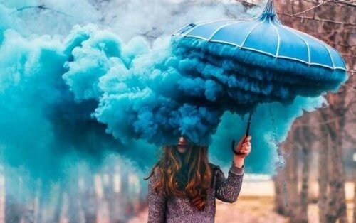 sateenvarjosta tulee sinistä savua