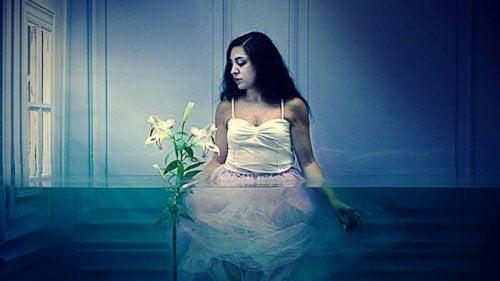 huoneessa on vettä ja nainen ja kukka