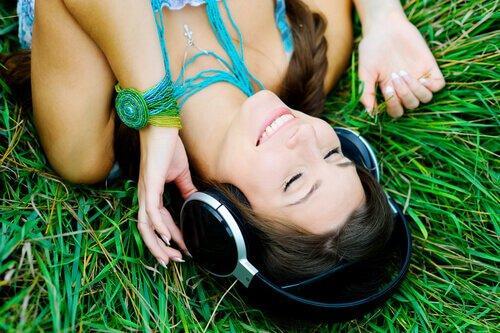 nainen nauttii musiikista
