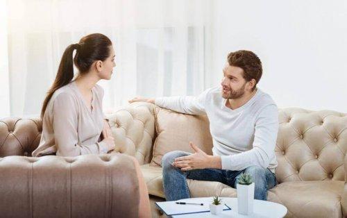 keskustelu sohvalla