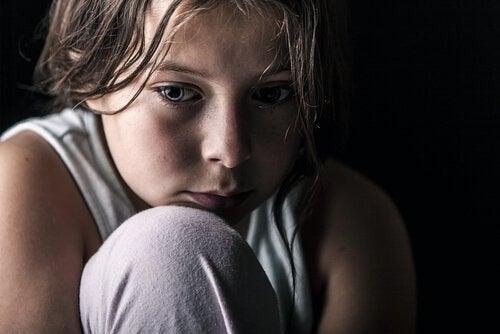 vanhemmista erottaminen aiheuttaa lapselle vakavaa traumaa