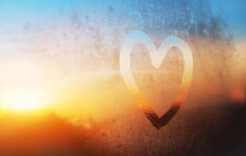 sydän piirrttynä huuruiseen ikkunaan