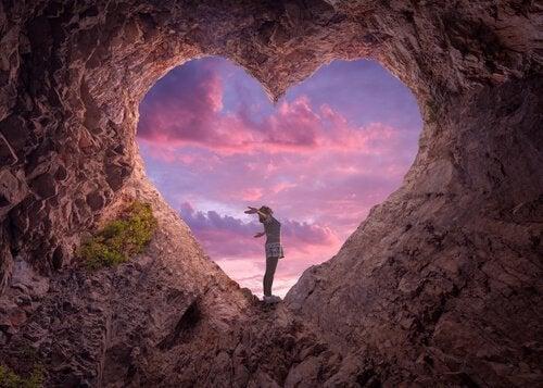 kalliossa sydämenmuotoinen reikä