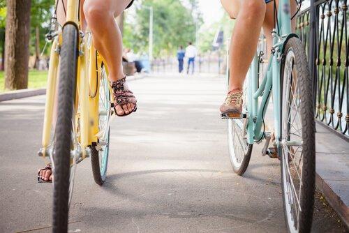 ystävät pyöräilemässä