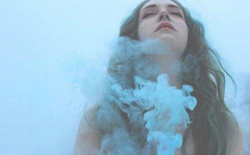 nainen ja sininen savu