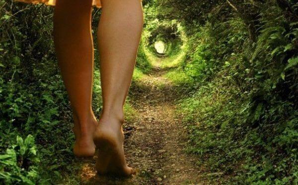 nainen metsäpolulla