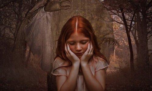 tyttö yksin metsässä
