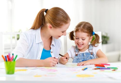 nainen ja tyttö piirtävät
