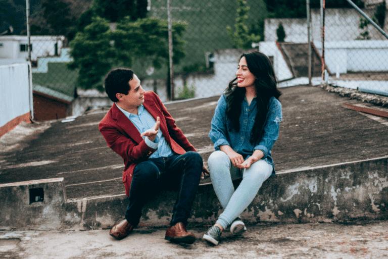 mies ja nainen juttelevat katolla