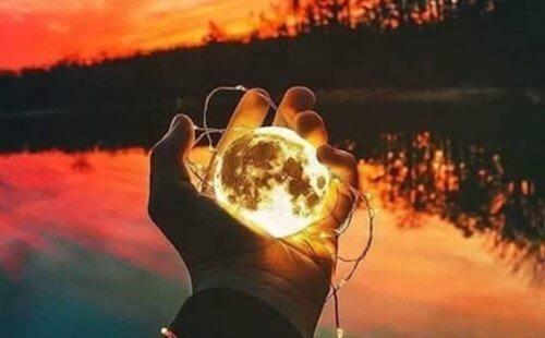 maapallo kädessä