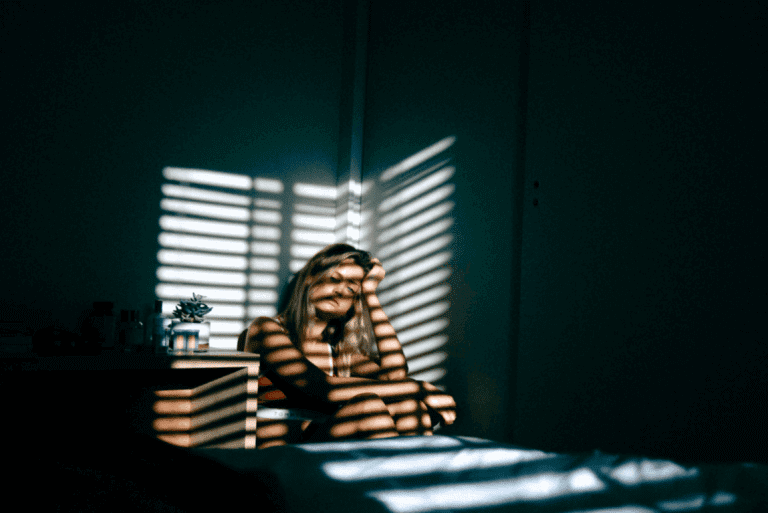 nainen pimeässä huoneessa