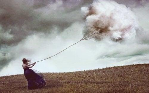 asiat, jotka haittaavat suhdetta itseesi: älä vedä perässäsi mustaa pilveä
