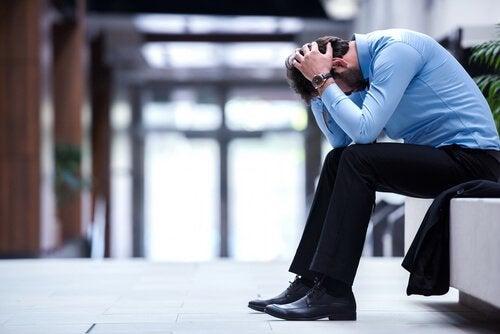epätoivoinen mies työpaikalla