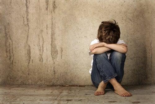 surullinen pikkupoika
