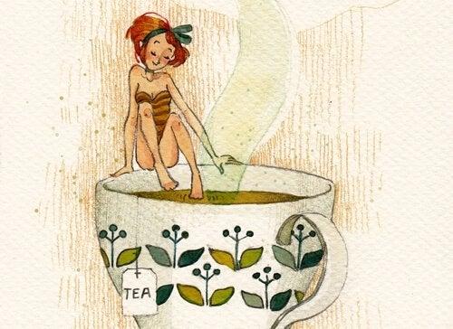 tyttö kylpee teekupissa