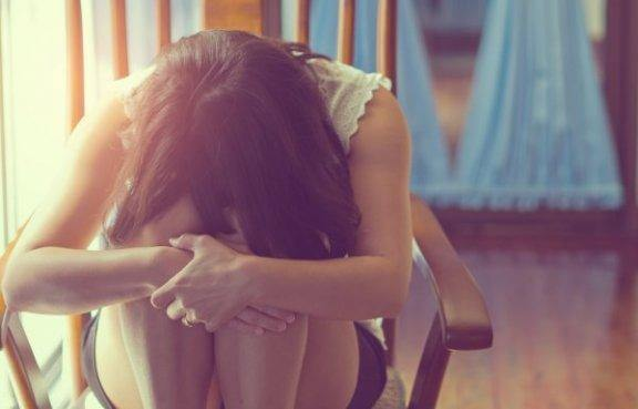 masentuneen oloinen nainen