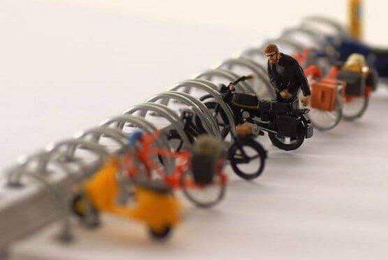 mies laittaa moponsa pyörätelineeseen: asiat helpommiksi?