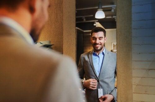 muodin psykologia: mies koittaa pikkutakkia