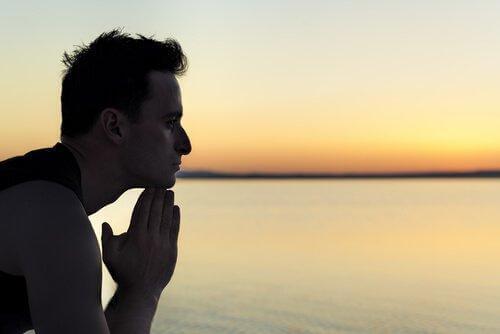 mies rauhallisen veden äärellä