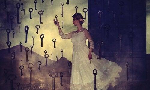 nainen valitsee avainta
