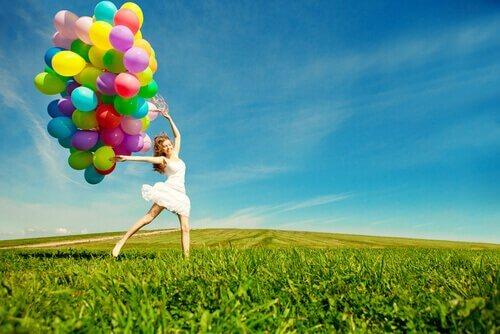 leikkisä nainen ilmapallon kanssa
