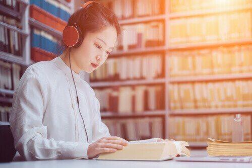 tyttö opiskelee musiikin avulla
