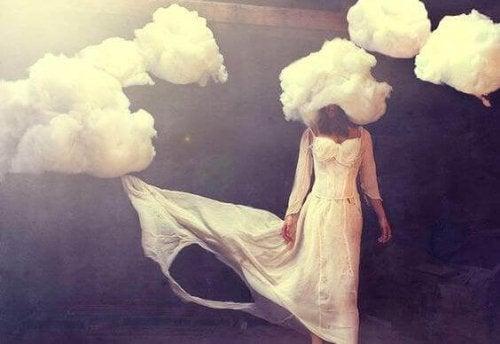 naisen pää on pilvissä