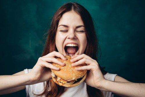 tyttö ja hampurilainen