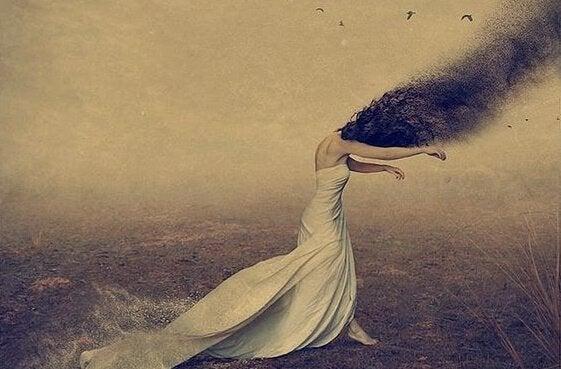 naisen hiukset lentävät savuna ilmaan