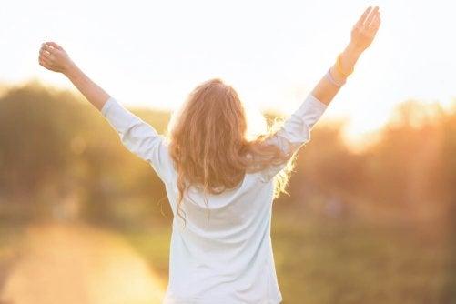 vapaa, onnellinen nainen
