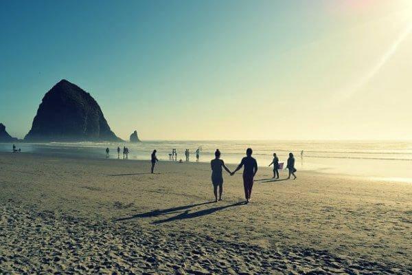 ihmisiä rannalla
