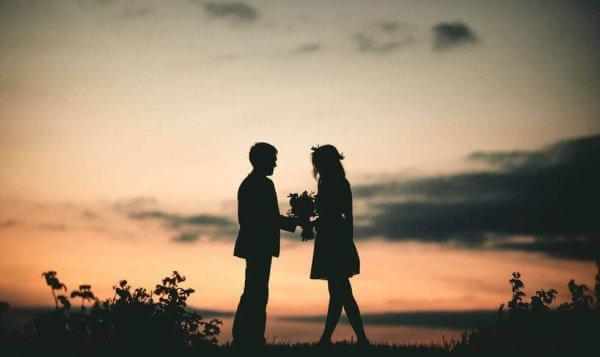 tyttö ja poika ja kukkapuska