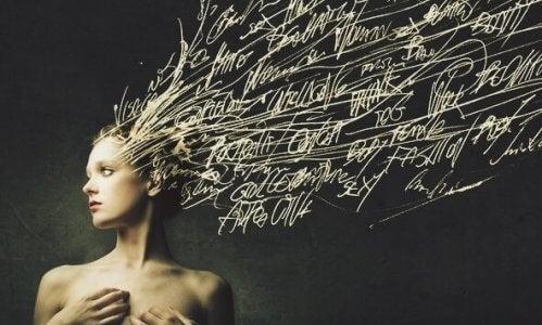 naisen hiukset ovat sanoja