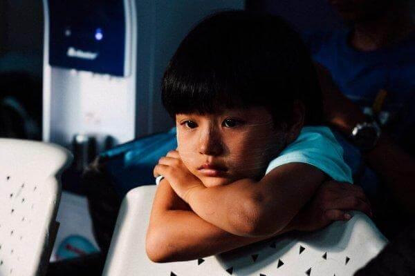 psyykkiset ongelmat lapsilla: surullinen tyttö