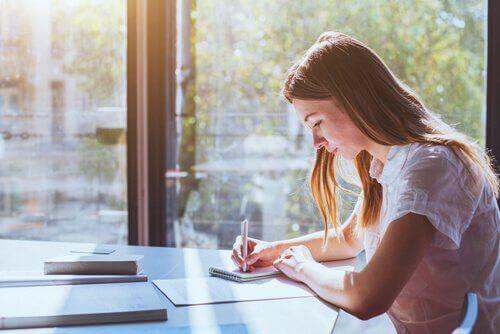 tyttö opiskelee
