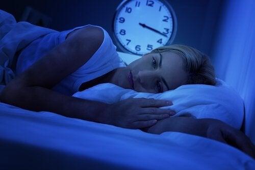 nainen yrittää nukkua