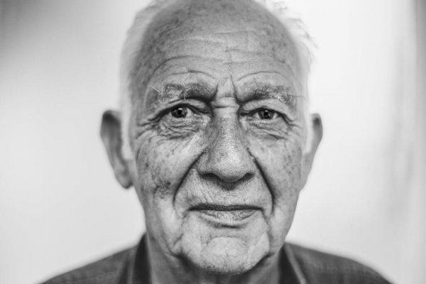 vanha mies näyttää tyytyväiseltä
