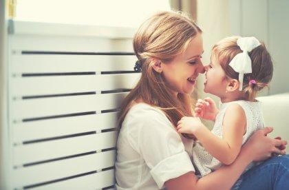 äiti hassuttelee tytön kanssa