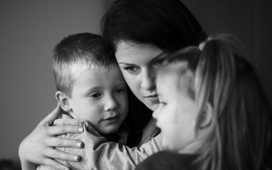 poissaoleva äiti halaa lapsiaan