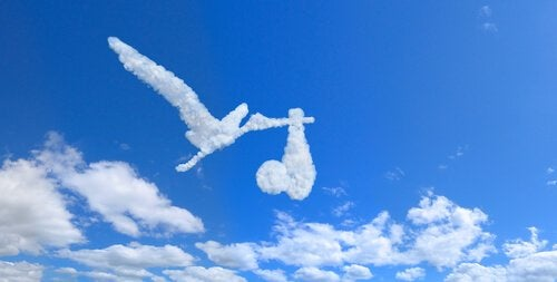pilvistä muodostuneet haikara ja vauva
