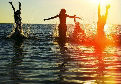ystävykset vedessä