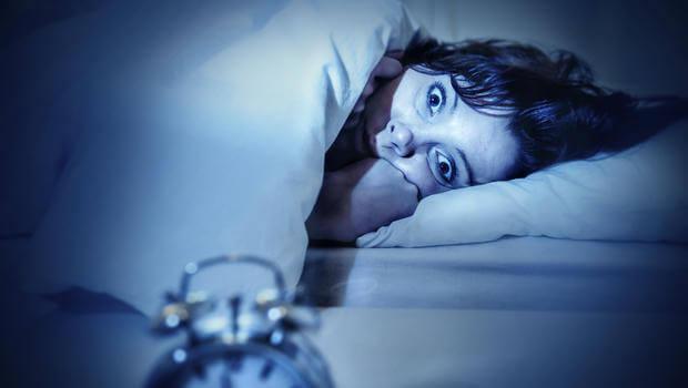 naista pelottaa keskellä yötä