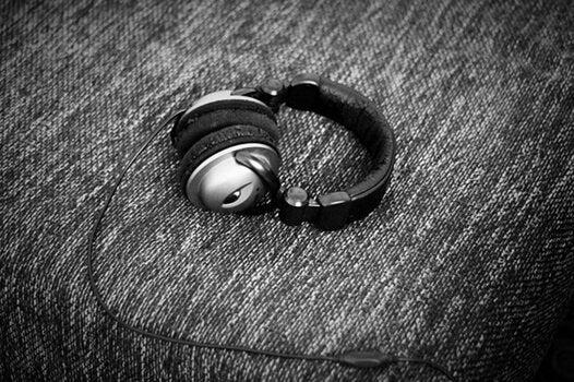 yksinäiset kuulokkeet