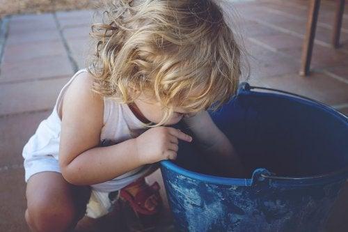 lapsi ottaa vasemmalla kädellään
