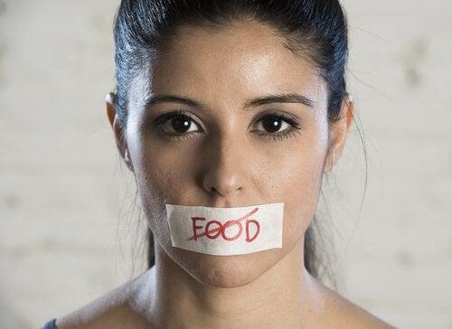 nainen ei halua ruokaa