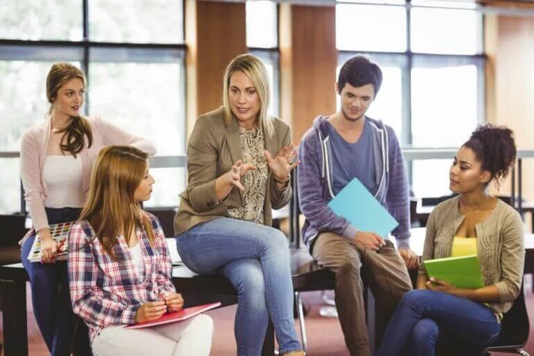 kasvatuspsykologi oppilaiden ympäröimänä