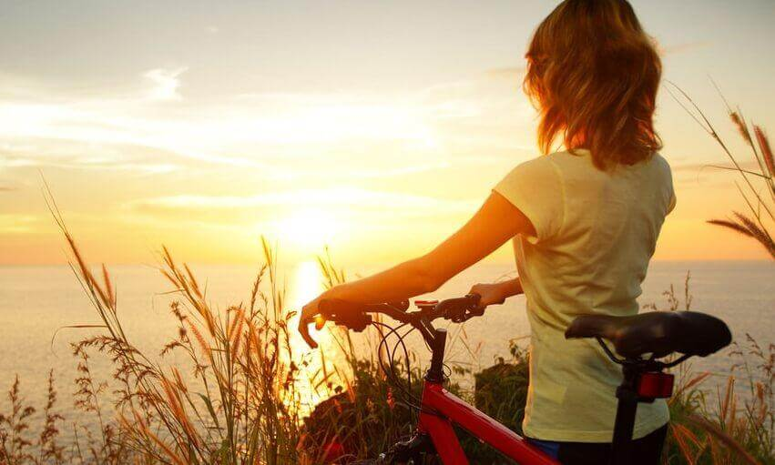 nainen ja pyörä