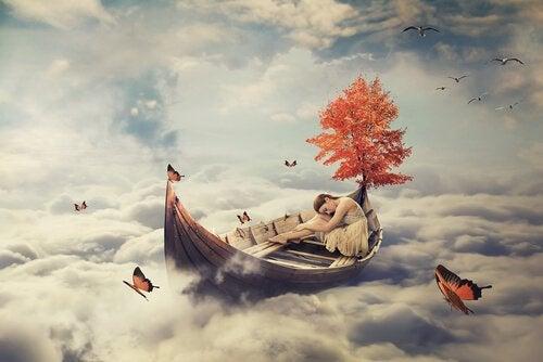 nainen nukkuu veneessä pilvien päällä