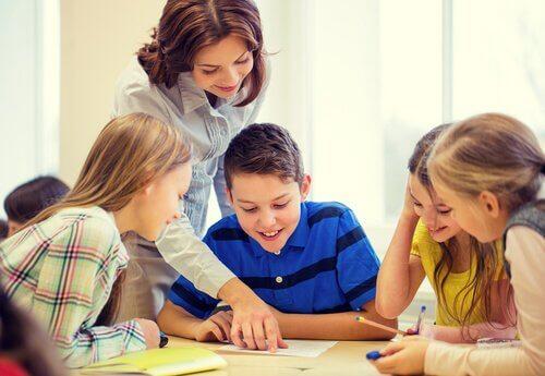 oppilaat oppivat ja opettaja ohjaa