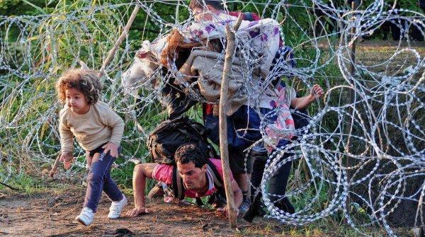 pakolaiset alittavat aidan